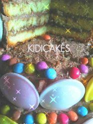 Gâteau d'anniversaire étages avec bonbon rétro soucoupe acidulé et crème au beurre cacao. Recette de gâteau d'anniversaire réalisé avec les moules Silikomart recette proposé par Kidicakes