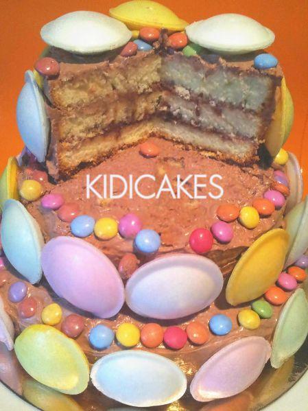 Gâteau d'anniversaire étages avec bonbon rétro soucoupe aciduléet crème au beurre cacao. Recetet de gâteau d'anniversaire réalisé avec les moules Silikomart recette proposé par Kidicakes