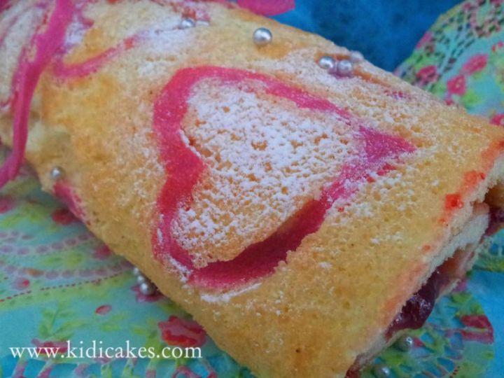 Facile et délicieux biscuit roulé à la fraise et décor en coeur.Recette biscuit roulé à la fraise by Kidicakes