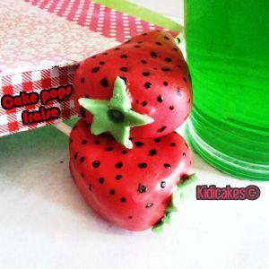 Cake pops fraise-strawberry cake pops. Recette simple à réaliser des cake pops fraise avec candy melts rouge, bâtonnet cake pops, crisco, pâte à sucre vert. Cake pops fraise by Kidicakes