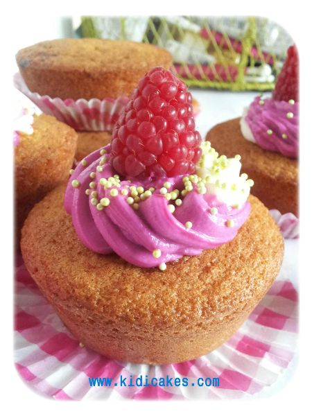 Recette de cucpake à la framboise, base de muffin géant réalsé avec moule muffin géant de chicago metallic.Recette cupcake géant à la framboise aux deux couleurs