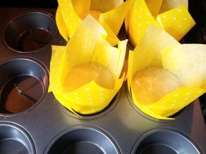 Caissette tulipe jaune à pois blanc pour la cuisson de muffin, cupcake. Caissette tulipe est en papier sulfurisé adapté à la cuisson des petits gâteaux