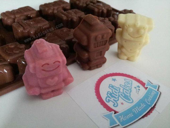 Atelier fabrication de chocolat en sucettes et robot en chocolat- moule robochoc de silikomart. Sucettes en chocolat