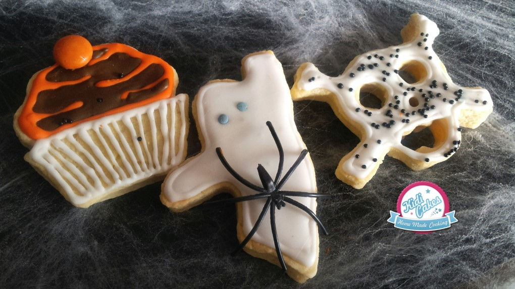 Biscuit Halloween recette biscuit fantôme biscuit tête de mor biscuit cupcake. Recette disponible sur le blog de Kidicakes
