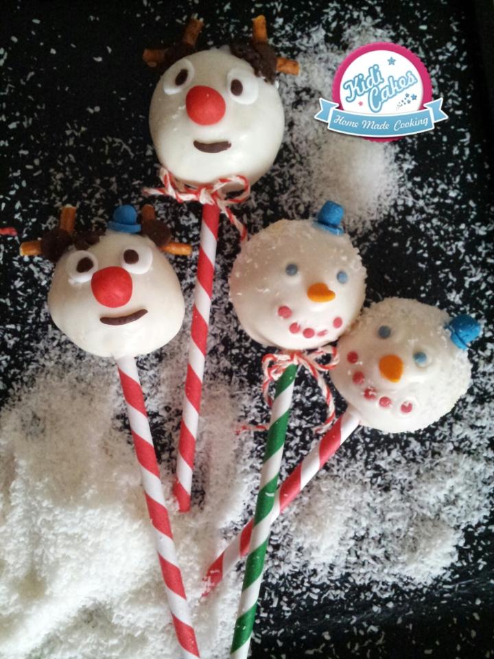 Cake pops bonhomme de neige Noël, idée cake pops de Noêl. une idée recette cake pops noel proposé par Kidicakes. Les cake pops bonhomme de neige noel sont originaux qui épateront les petits et les grands.