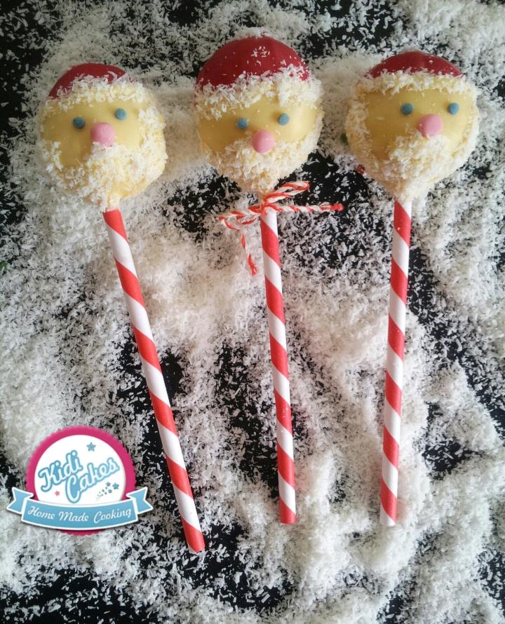 Cake pops père Noël, idée cake pops de Noêl. une idée recette cake pops noel proposé par Kidicakes. Les cake pops père noel sont originaux qui épateront les petits et les grands.