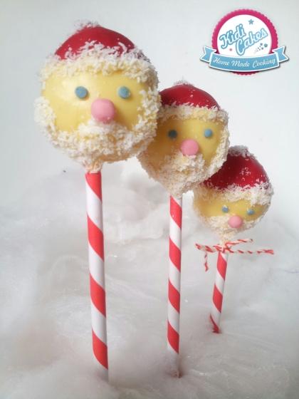 Cake pops père Noël, cake pops santa claus idée cake pops de Noêl. une idée recette cake pops noel proposé par Kidicakes. Les cake pops père noel sont originaux qui épateront les petits et les grands.
