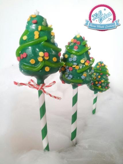 Cake pops sapin de Noël, idée cake pops de Noêl. une idée recette proposé par Kidicakes. Les cake pops sapin sont originaux qui épateront les petits et les grands.