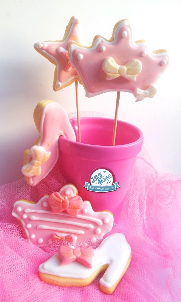 Biscuits de princesse, une recette biscuit à faire sans hésiter pour votre princesse. Idéal pour une sweet table sur le thème de princesse. Les biscuits princesse sont décorés avec un glaçage royal et des décors en pâte à sucre. Etape par étape, de la réalisation des biscuits à la décoration avec la pâte à sucre.