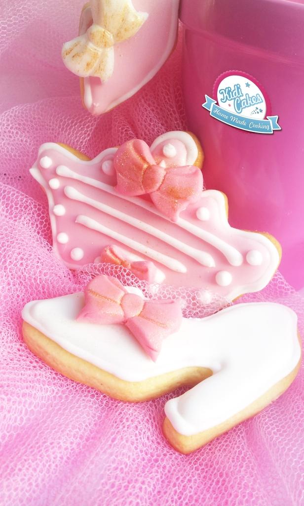 Biscuits de princesse, une recette de biscuit à faire sans hésiter pour votre princesse. Idéal pour une sweet table sur le thème de princesse. Les biscuits princesse sont décorés avec un glaçage royal et des décors en pâte à sucre. Etape par étape, de la réalisation des biscuits à la décoration avec la pâte à sucre.