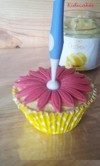 Cupcake au citron avec une crème au citron Decora à étaler, crème au citron pour la recette au cupcake au citron à découvrir sur Kidicakes