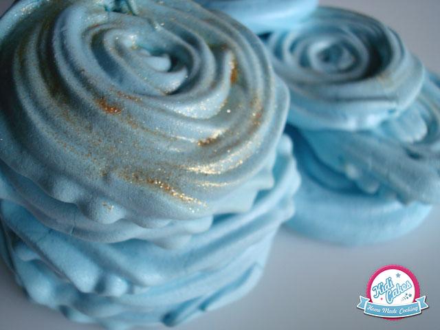 La meringue en rose, est une gourmandise de notre enfance. Une recette de meringue en forme de rose mais colorée en bleu. Meringue brillante, croquante et fondante, elles seront parfaites pour toutes vos occasions.