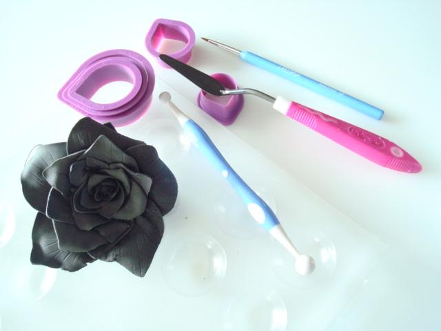 Rose en pâte à sucre, tuto de rose en pâte à sucre proposé par Kidicakes. réaliser facilement une rose en sucre