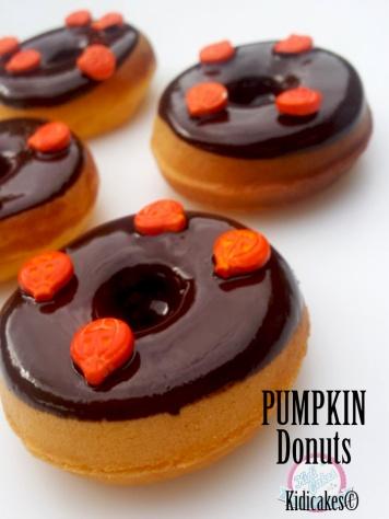 Recette des pumpkin donuts à la citrouille en mode américaine à découvrir sur Kidicakes. Des délicieuses donuts à la citrouille parfait pour le goûter Halloween